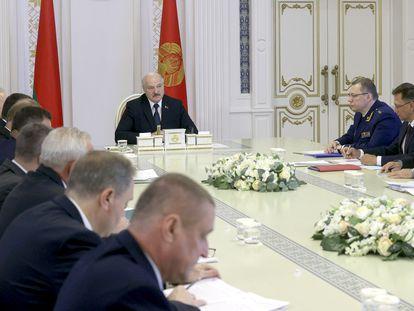 Alexandr Lukashenko preside la reunión del Consejo de Ministros, este viernes en Minsk.