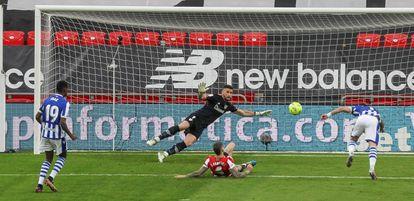 El delantero de la Real Sociedad, Portu, anota ante el Athletic de Bilbao.