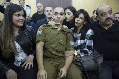 El soldado israelí Elor Azaria espera junto a su familia a la lectura de la sentencia durante su juicio por disparar y matar a un atacante palestino reducido e inmovilizado en el tribunal militar de Tel Aviv, Israel, el 4 de enero de 2017.