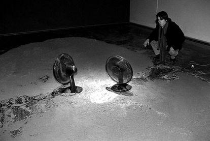 Criado ante su instalación <i>Espacio desértico, </i><b>dentro de la muestra </b><i>Visions de futur,</i> en Girona, 1999.