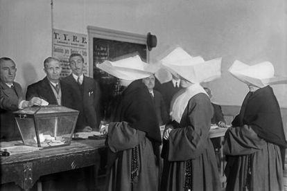 Un grup de monges acudeix a un col·legi electoral el 1933.