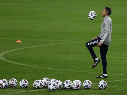 Luis Enrique, durante el entrenamiento de este lunes en el estadio de La Cartuja, en Sevilla, donde este martes se enfrentan España y a Alemania. / Julio Muñoz (EFE)