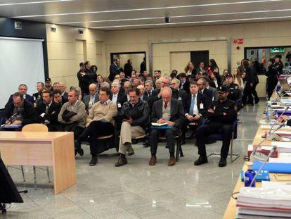 El expresidente de Bankia Rodrigo Rato junto al resto de acusados, durante la primera sesión del juicio por la salida a Bolsa de la entidad en 2011 en la Audiencia Nacional.