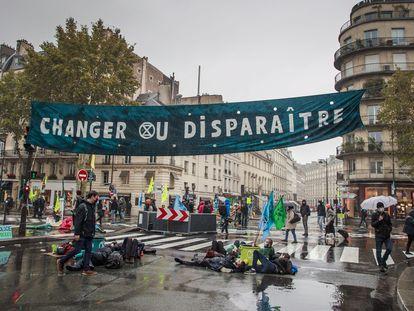 Protesta de activistas de Extinction Rebellion en París contra la inacción frente al cambio climático.