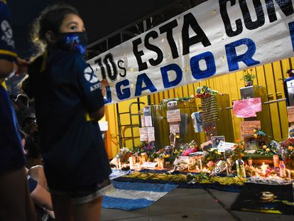 Una niña en un memorial en homenaje a Diego Armando Maradona, en el exterior del estadio La Bombonera, en Buenos Aires.