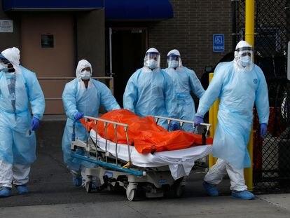 Traslado del cadáver de una persona muerta en un hospital de Nueva York por coronavirus.