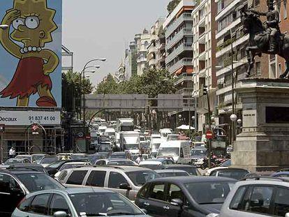 Atasco a las dos de la tarde de ayer en José Abascal, esquina con el paseo de la Castellana.