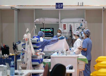 Sanitarios del Hospital Universitario Central de Asturias (HUCA), en Oviedo, el 25 de febrero.