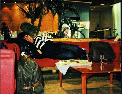 Pedro Almodóvar descansa en el aeropuerto de Barajas en 2000.