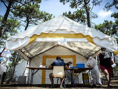 Pruebas de coronavirus junto a la playa de La Teste-de-Buch, en el suroeste de Francia, este viernes.