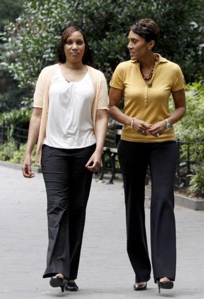 La periodista Robin Roberts (a la derecha) habla con Nafissatou Diallo, la camarera que acusa al exdirector del FMI, Dominique Strauss-Kahn, de intento de violación, durante una entrevista en Nueva York