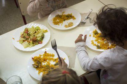 Los niños comen platos hechos con productos de temporada cultivados por ellos.