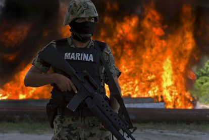 Un soldado mexicano vigila la incineración de un decomiso de cocaína en una base de Huatulco (Oaxaca).
