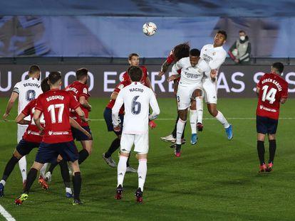 Militao remata para marcar su gol ante Osasuna este sábado en Valdebebas.