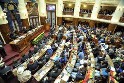 Fotografía cedida por la Agencia Boliviana de Información (ABI) que muestra al presidente boliviano, Evo Morales (d, en el estrado), durante la ceremonia de informe anual de gestión ante el Legislativo este miércoles 22 de enero de 2014, en La Paz (Bolivia).