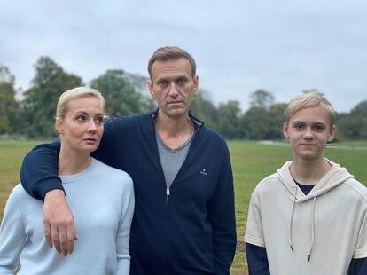 El opositor ruso Alexéi Navalni con su esposa, Yulia, y su hijo, Zahar, en Berlín, donde el político se recupera tras haber sufrido un ataque con el agente nervioso novichok el pasado agosto. Imagen publicada en la cuenta del Instagram de Navalni el pasado 6 de octubre.