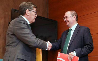 Arturo Aliaga, líder del PAR (izquierda), y Javier Lambán, presidente de Aragón en funciones, tras la firma de su acuerdo.