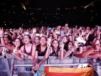 Jóvenes asisten a un concierto de Pablo Alborán, el año pasado en Valencia.