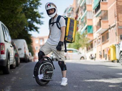 Armando Hernández subido al monociclo eléctrico en el que reparte por Madrid.
