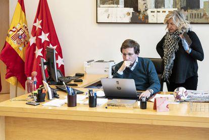 Martínez-Almeida, en su despacho junto a su jefa de prensa.