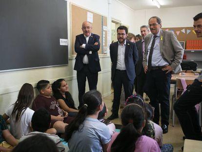 El consejero Bargalló con el vicepresidente Aragonés y el president Torra, en  una escuela