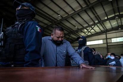 Uno de los policías que sobrevivió al ataque en Valparaíso llora sobre el féretro de uno de sus compañeros.