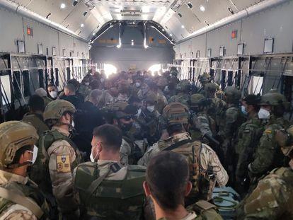 Interior de una aeronave A400M del Ejército español que transporta a los últimos evacuados de Kabul, este viernes.