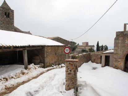 "Gent AÏllada en un poble per una nevada protagonitzada ""S'acosta un front fred..."""