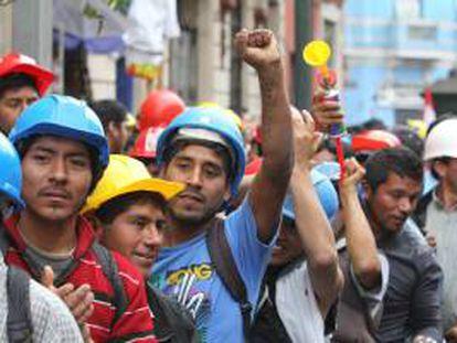 Imagen de una multitudinaria marcha para protestar contra el Gobierno peruano. EFE/Archivo