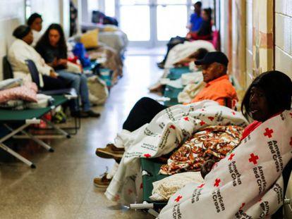 Personas dentro de un refugio de laCruz Roja Americana en Grantsboro, Carolina del Norte.