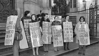 Varias manifestantes apoyan a integrantes de la Asociación Democrática de la Mujer encerradas en la madrileña basílica de San Miguel para pedir la ley del divorcio, en diciembre de 1977.