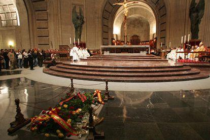 Interior de la basílica del Valle de los Caídos durante el homenaje celebrado ayer. En primer plano, la tumba del dictador Francisco Franco.