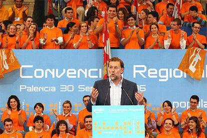 El presidente del PP, Mariano Rajoy, durante su discurso en la convención regional en Palencia.