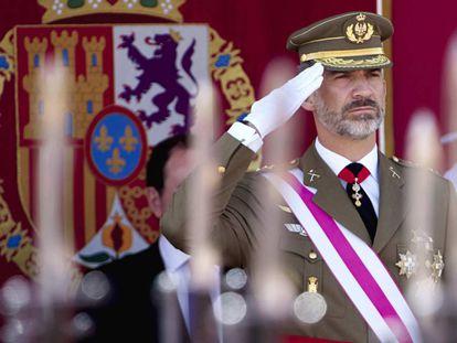 El rey Felipe VI saluda a los militares durante un desfile.