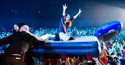 Un momento de la actuación de Steve Aoki (al fondo, a la izquierda) en la noche de Halloween en Madrid Arena.