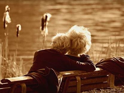 Una pareja de personas mayores.