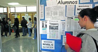 Tablón de anuncios de la Escuela Oficial de Idiomas de Madrid en el que se reclamaba el nivel C.