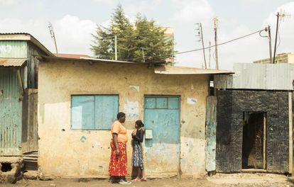 Dos vecinas del mismo barrio de Kawangware, un suburbio al oeste de Nairobi.