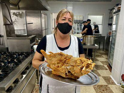 Ángeles González con una gallineta recién frita. J.C. CAPEL