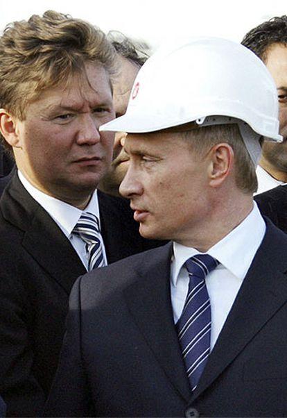 Vladímir Putin (derecha) y Alexei Miller, director de Gazprom, el pasado noviembre en el pozo de gas de Durusu, en Turquía.