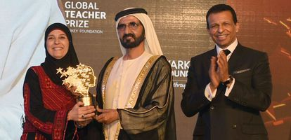 Sheikh Mohammed bin Rashid al-Maktoum, primer ministro de Emiratos Árabes, entrega el premio a Hanan Al-Hroub.