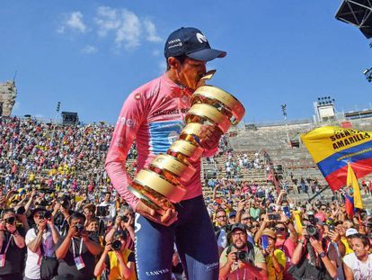 Carapaz besa el trofeo de ganador del Giro de Italia. En vídeo, fragmento de la contrarreloj final.