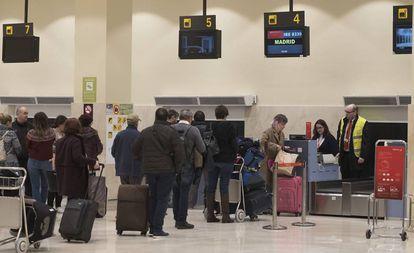 Varios pasajeros hacen cola en los mostradores del aeropuerto de Badajoz.