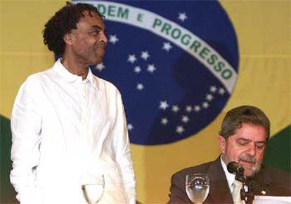 El cantante Gilberto Gil, a la izquierda, presentado como ministro de Cultura por el presidente Lula.