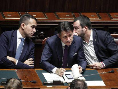 El primer ministro italiano, Giuseppe Conte, flanqueado por los dos viceprimer ministros, Luigi Di Maio (i) y Matteo Salvini.