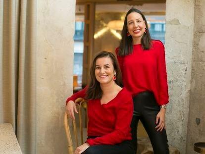 Carmen Pérez (de pie) y Chloé Pueyo  (abajo, sentada), creadoras de la web City Confidential.