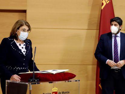 La nueva consejera de Educación y Cultura, Mabel Campuzano, jura su cargo ante el presidente de la Región de Murcia, Fernando López Miras, durante el acto de toma de posesión este sábado en Murcia.