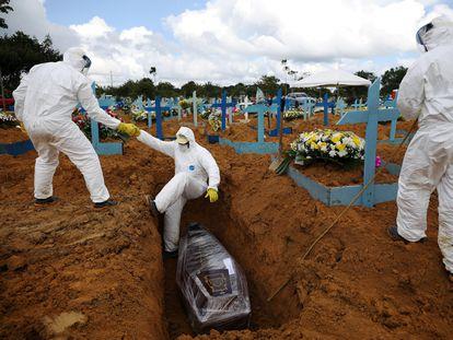 Entierro en un cementerio de Manaos (Brasil) de una mujer de 73 años fallecida por covid, el 17 de enero.
