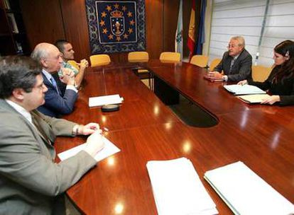 Gómez-Reino (a la izquierda, en el centro) en la reunión ayer en Santiago con los representantes argentinos.