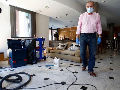 El alcalde de Sant Andreu de la Barca, Enric Llorca, en el hotel medicalizado habilitado por el ayuntamiento.